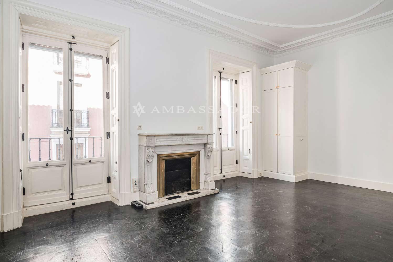 Desde esa perspectiva del mismo salón anterior, podemos observar las distintas aperturas y accesos a los otros dos salones correlativos