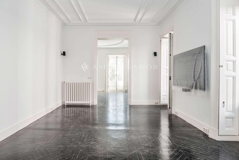 Salón de corte más clásico y que está presidido por una preciosa chimenea, cuyo manto y jambas están delicadamente ornamentados
