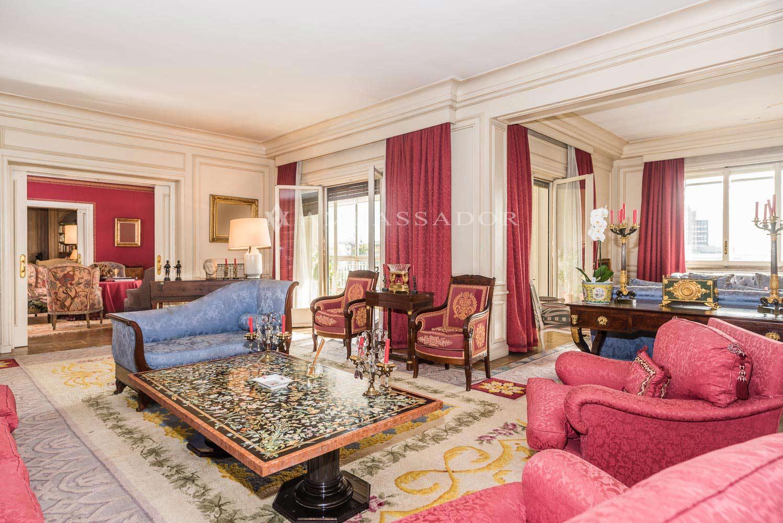 Magnífico  salón dividido en varios ambientes, unidos con puertas correderas a un agradable cuarto de estar