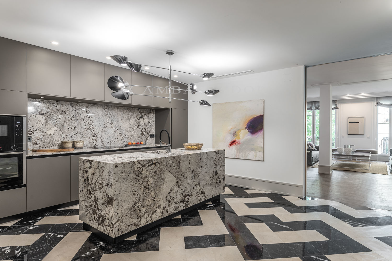 Amplia cocina abierta con isla, completamente amueblada y equipada.