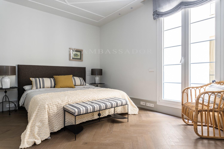 Dormitorio principal de gran tamaño con varios armarios empotrados y cuarto de baño en suite.
