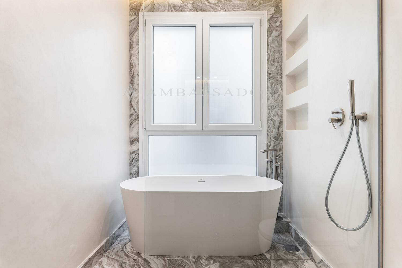 Baño del dormitorio principal que cuenta con bañera y ducha.