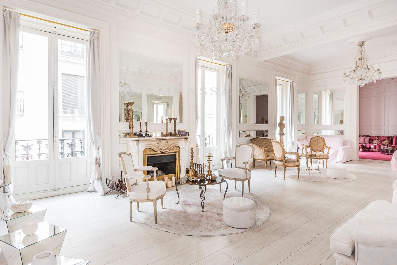 Preciosa toma del salón que goza de abudante luz natural.
