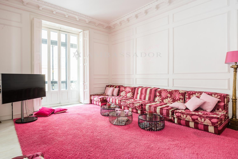 Uno de los salones, actualmente utilizado como cuarto de estar, también puede ser utilizado como dormitorio.