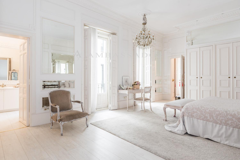 Al final de la vivienda, se encuentra el último dormitorio con su cuarto de baño en suite y una gran salón/zona de estar.