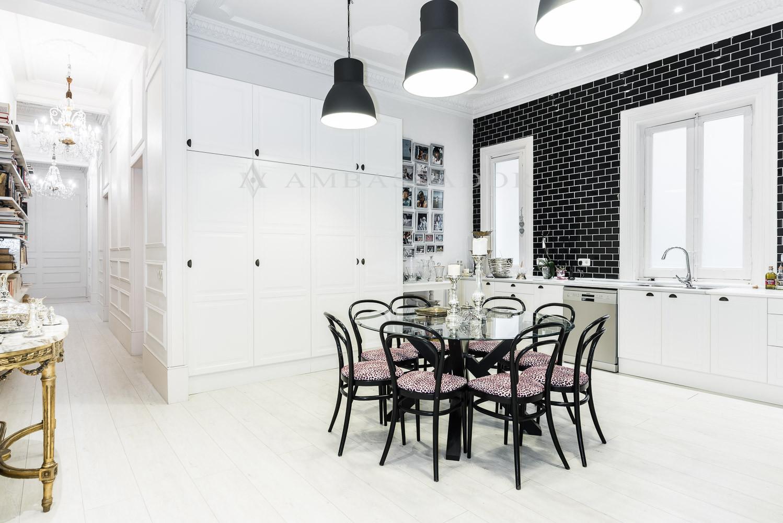 La cocina, completamente amueblada y equipada con electrodomésticos de alta gama, con office y entrada independiente.