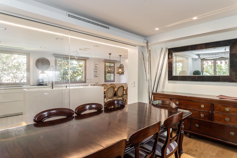 El salón esta dividido en tres ambientes con orientaciones sur y oeste y comunica con la cocina a través de una puerta corredera de cristal.