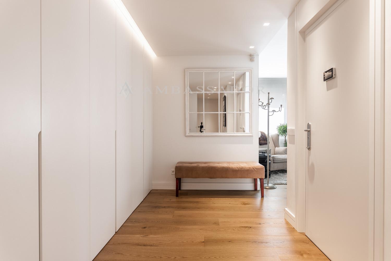 El acceso a la vivienda es por una puerta acorazada convisor de grabación. Imagen del hall de acceso.