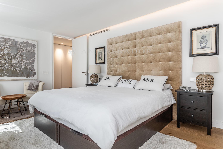 La zona de dormitorios consta de 4 dormitorios, todos ellos en suite, con armarios empotrados de gran capacidad. Imagen de la suite principal con vestidor y baño exterior.