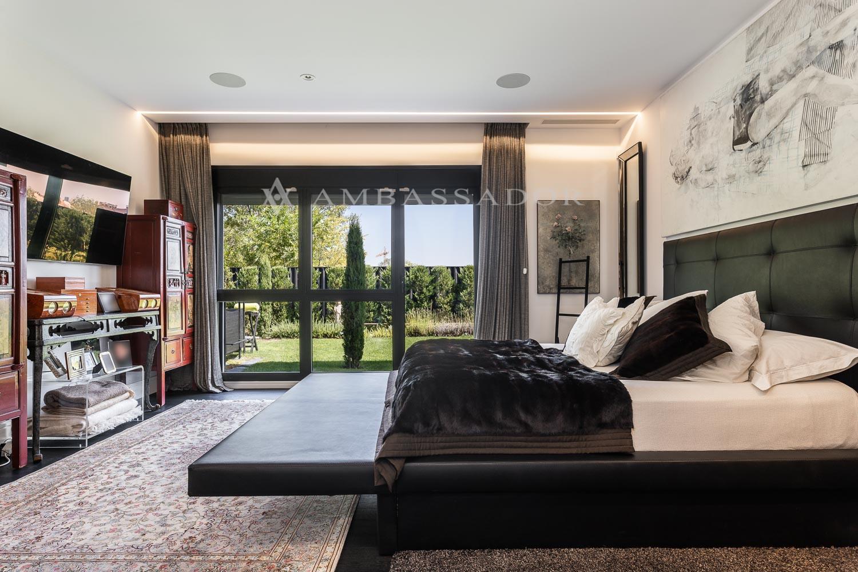 Gran suite con fabuloso baño, dos grandes vestidores y despacho.