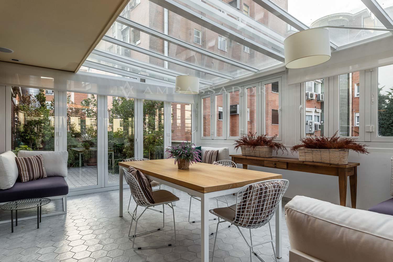 Espectacular terraza de 60m2 con zona de estar acritalada para poderla disfrutar durante todo el año.