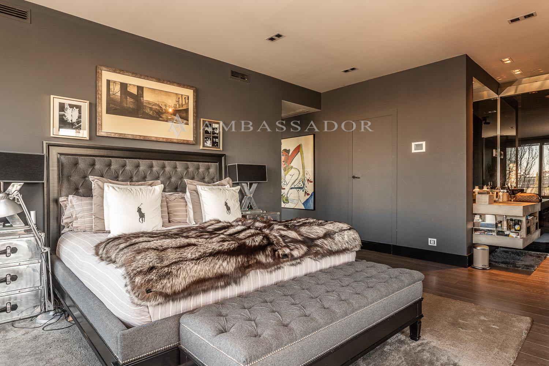 Dormitorio princpal con baño, salón de estar y amplio vestidor.