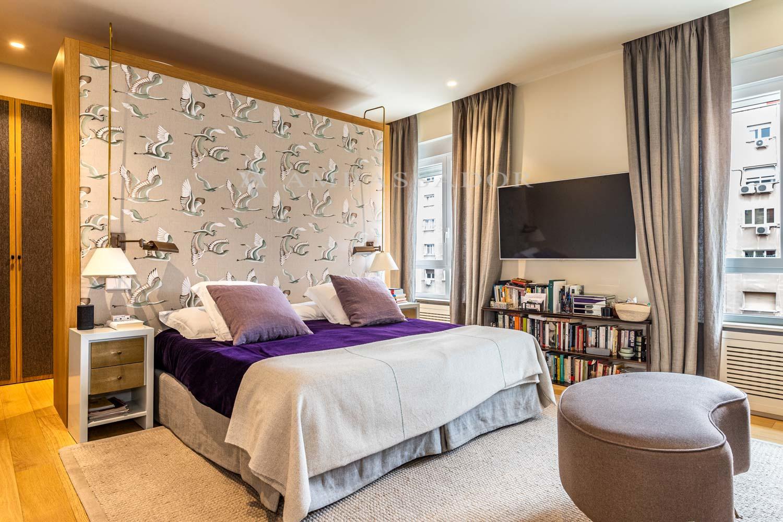 Dormitorio principal con vestidor y su cuarto de baño de suite.