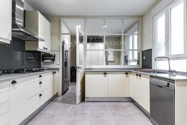 En esta imagen se muestra la cocina completamente amueblada y equipada  y zona de office.